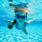 プールの塩素濃度は?肌荒れ、髪への影響、目の充血の対策について